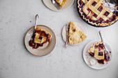 Applepie und Beerenpie, Stücke auf Tellern