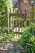 Ländliches Gartentor aus Kastanienholz