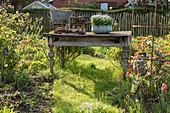 Alter Gartentisch als Dekoration