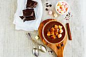 Heiße Schokolade mit Marshmallows und Zimtstange