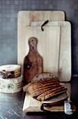 Aufgeschnittenes Brot auf rustikalem Holzbrett