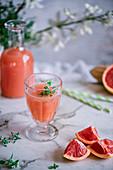 Rosa Grapefruitlimonade mit Thymian