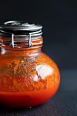 Hausgemachte Sriracha-Sauce im Glas