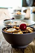 Gesunde Cerealien mit Obst, Joghurt und Samen