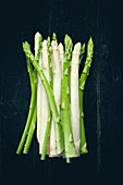 A bunch of white and green asparagus