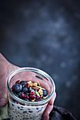 Müsli im Glas mit Heidelbeeren und Mandeln