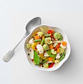 Eingelegtes Gemüse mit bunten Pfefferkörnern