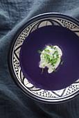 Violette Karottensuppe mit Sauerrahm