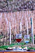 Ein Glas Rosewein und ein Glas Weißwein auf Tisch am Weinberg