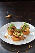Bruschetta with chanterelle mushroom-scrambled egg and rocket