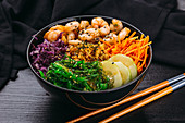 A poke bowl with prawns, algae and vegetables (Asia)