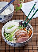 Vietnamesische Suppe mit Glasnudeln und Entenbrust