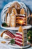Red Velvet Cake, verziert mit Lebkuchenhäusern und Wunderkerze