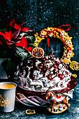 Schokoladenkuchen mit Kirschen, Sauerrahm und Ganache zu Weihnachten