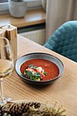 Meeresfrüchtesalat mit Brunnenkresse und roter Sauce auf Restauranttisch