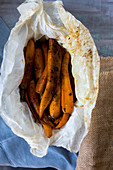 Gebratene Karotten im Pergamentpapier (Marokko)