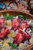 Sekt-Beeren-Eis am Stiel auf Essblüten-Eiswürfel