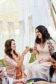 Freundinnen auf einer marokkanischen Party im Freien