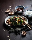 Veganes Gemüse mit Sichuansauce, gebratenem Tofu, Shiitakepilzen und Reis (Asien)