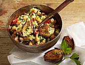 Couscous-Kichererbsen-Salat mit gebratenen Mini-Artischocken