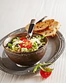 Couscoussalat mit Rucola, Oliven und geröstetem Brot