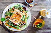 Marinierter Tofu auf gemischtem Salat mit Jalepenos, Mandeln und Erdnuss-Vinaigrette