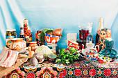 Tischszene mit russischen Lebensmitteln und russischer Keramik