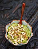 Guacamole mit gehackten Nüssen