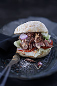 Pulled Pork Burger mit Zwiebel und Salat