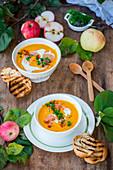 Kürbis-Apfel-Suppe mit Grillbrot
