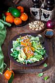 Avocadosalat mit Mandarinen, Pistazien und roten Zwiebeln