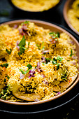 Sev puri (Snack aus Kartoffeln, Zwiebeln und Chutney, Indien)