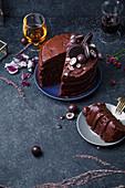 Schokoladenkuchen mit Ganache, angeschnitten