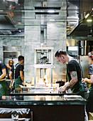 Köche bei der Arbeit, Blackwattle Restaurant, Singapur