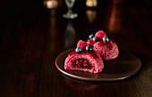 Frozen Summer Pudding mit Beeren auf Servierplatte vor dunklem Hintergrund