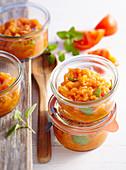 Einfache, schnelle Tomatensauce mit Oregano, Olivenöl, Weisswein und Cayennepfeffer