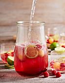 Himbeer-Melonen-Bowle mit Sekt und Limetten im Weckglas
