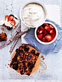 Getoastete Scheiben Christmas Cake serviert mit Erdbeeren und Sahne