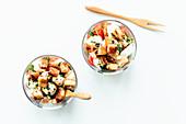 Caprese-Salat mit Croutons in Gläsern