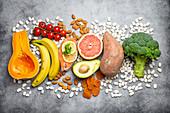 Gemüse und Früchte mit einem hohen Gehalt an Vitaminen und Spurenelementen