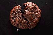 Weiches Schokoladenplätzchen mit Salzflocken, angebrochen
