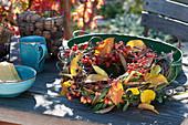 Herbstkranz mit Zieräpfeln, Hagebutten und Ligusterbeeren