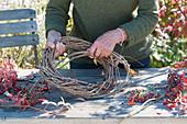 Herbstkranz mit Hagebutten und wildem Wein