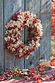 Herbstkranz aus Hortensienblüten und Hagebutten
