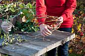 Herbstkranz aus Efeu und Ligusterbeeren