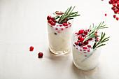 Kokosnuss-Margarita mit Cranberries und Rosmarin (weihnachtlich)