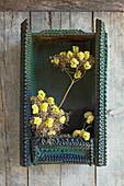 Strohblumen - Blüten in getrocknete Baldriandolden gesteckt