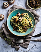 Spaghetti with coconut and spinach sauce and brown mushrooms (vegan)