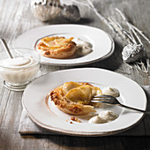 Apple tartlets with cream