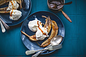 Roasted bananes with icecream and caramel sauce